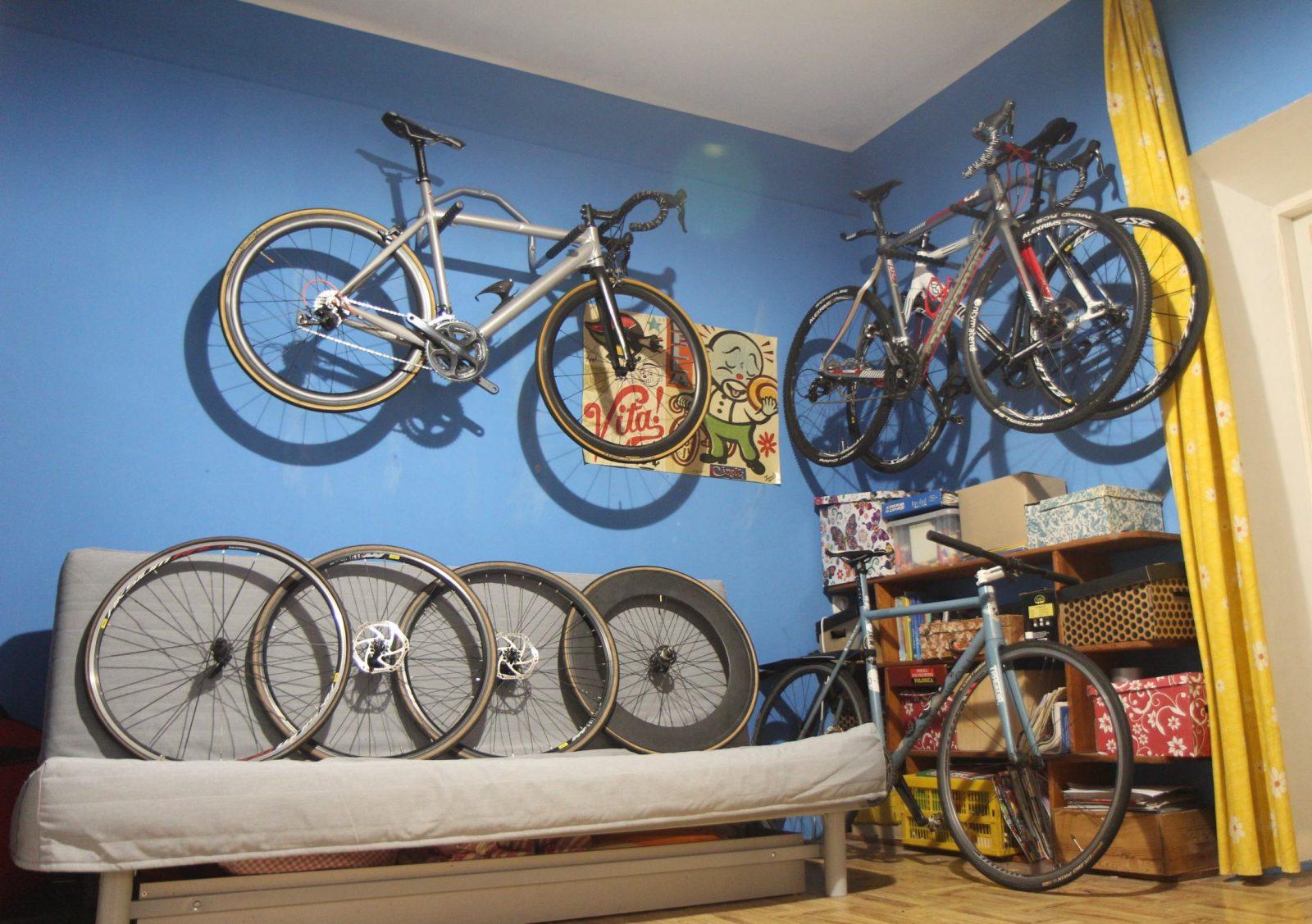 Najlepiej powiesić rower na małej powierzchni.