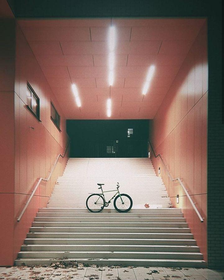 rower naschodach przejścia podziemnego