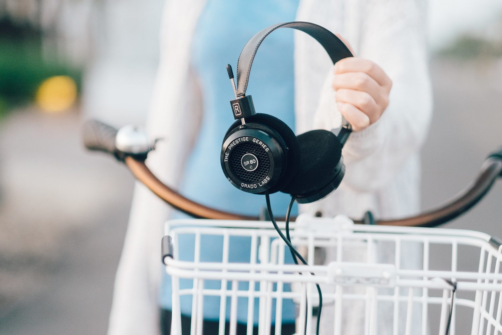 Takie słuchawki na rowerze to średni pomysł