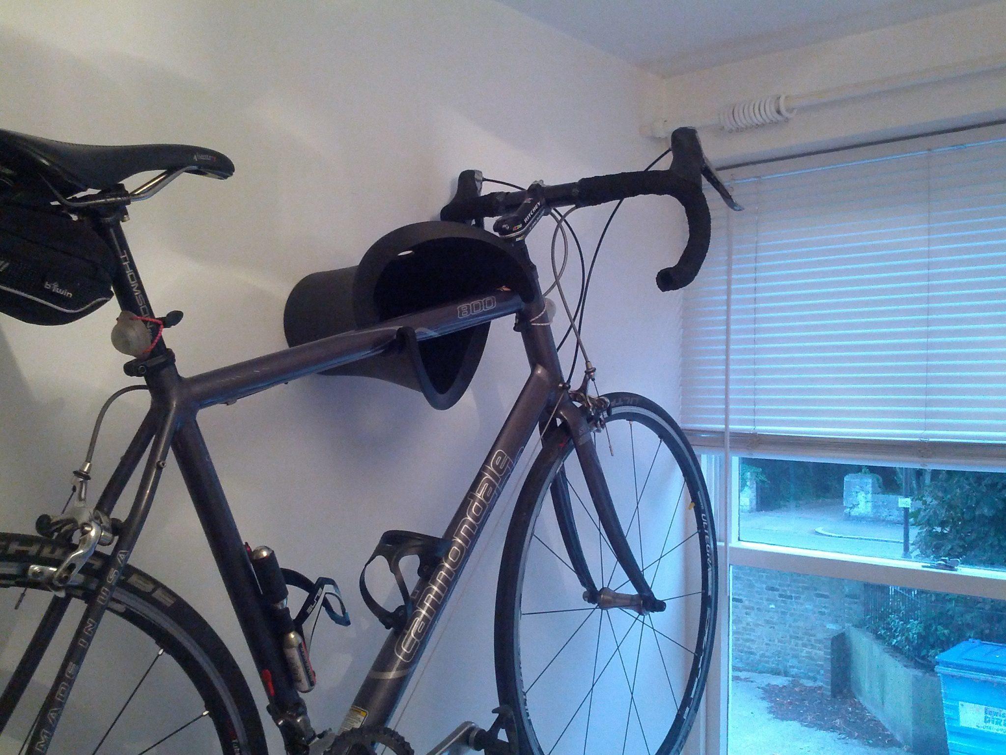 nietypowy wieszak na rower